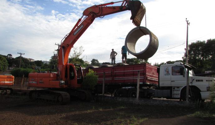 Chegada de tubos para recuperação de bueiros no interior do município