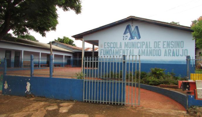 Vice-prefeito Adroaldo Araujo acompanhando da secretária de educação Silvana Gueller Lunardi e a primeira dama do município Veronica Sawaris, visitam a escola  Amândio Araújo