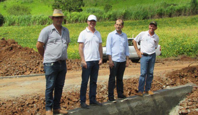 Governo municipal visita obra em fase de conclusão na Barra Curta Baixa
