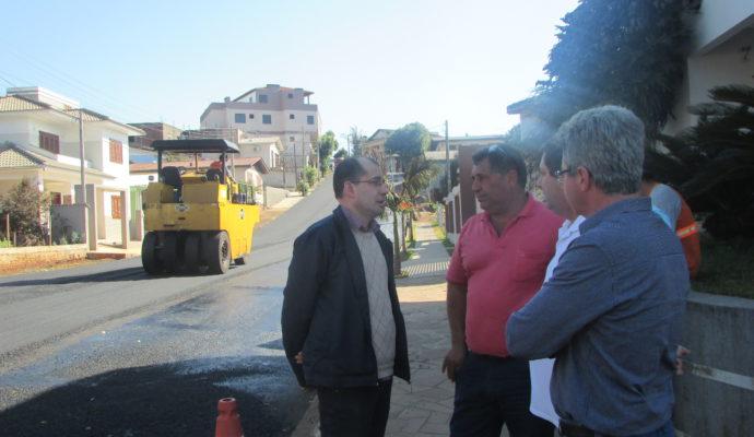 Prefeito Gerri e vice Adroaldo acompanham obras de asfaltamento