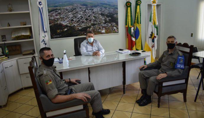 Poder Executivo recebe Tenente Ferrareze e Major Bohrer para debater ações no município