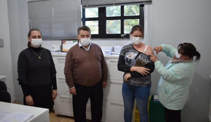 Iniciada vacinação contra COVID-19 nos profissionais de educação